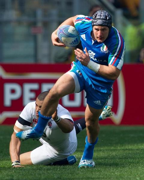 Il centro Michele Campagnaro (21) in azione contro l'Inghilterra nell'RBS 6 Nazioni 2014